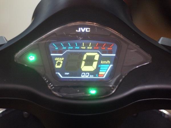 Xe sử dụng đồng hồ điện tử LCD hiện đại, thời trang, hiện thị đầy đủ thông tin về điện áp, vận tốc, quãng đường giúp người lái kiểm soát tốt tình trạng của xe